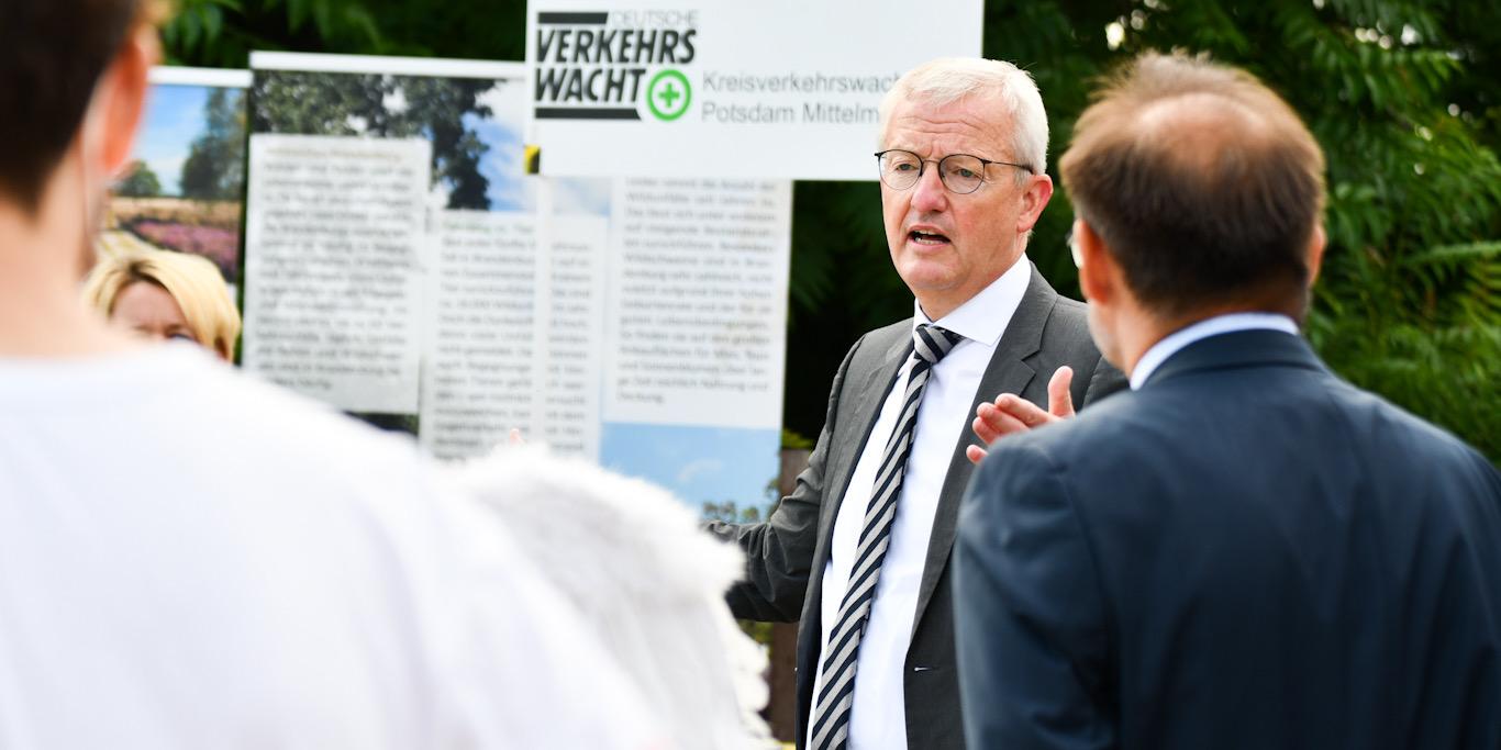 In seiner Rede dankt Verkehrsminister Guido Beermann den vielen amtlichen und ehrenamtlichen Akteuren der Verkehrssicherheit. Trotz guten Entwicklungen in den letzten Jahren sei es weiter wichtig, auf Rücksicht im Straßenverkehr hinzuweisen.© MIL